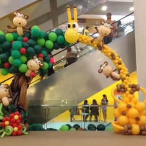 Giraffe-and-Monkey-Balloon-Arch